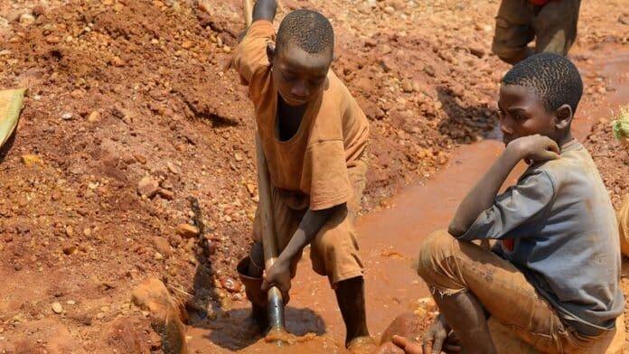 Congo: gli schiavi bambini nell'inferno del cobalto per far batterie di  cellulari e auto elettriche - Essere-Informati.it