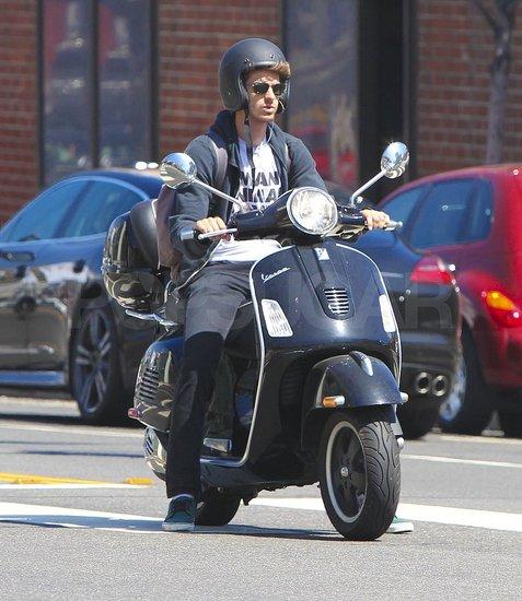 Pictures-Andrew-Garfield-Riding-Vespa-Scooter.jpg.3e6f83d74e9d144740b74f35eb4d086b.jpg